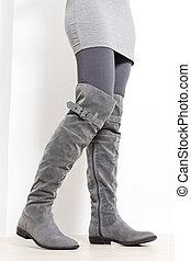 posición, Llevando, mujer, Moderno, detalle, botas, gris