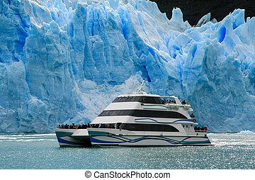 Perito Moreno in El Calafate - Boat at glacier Perito Moreno...