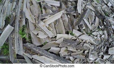 Pile of broken slate - Movement over the mass of broken...