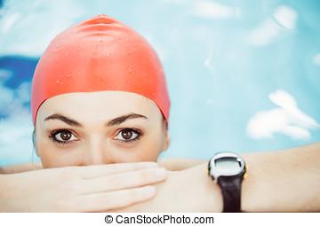 schöne, frau, Kappe, schauen, fotoapperat, Lächeln, umrandungen, Teich, schwimmender