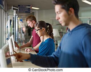 pessoas, usando, PC, biblioteca