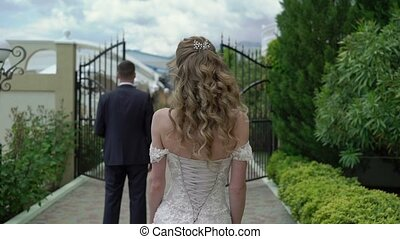 Bride comes to the groom steadicam