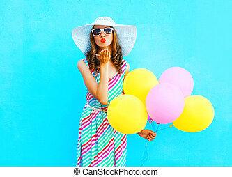 藍色, 夏天, 婦女, 親吻, 鮮艷, 衣服,  sends, 气球, 握住, 空氣, 秸桿, 時裝, 背景, 穿, 帽子
