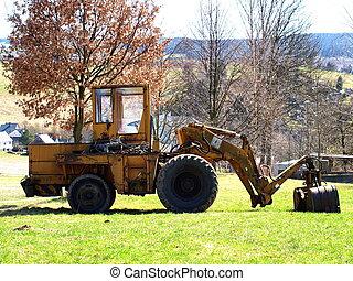 Bauwesen - Abgestellter Bagger auf Wiese