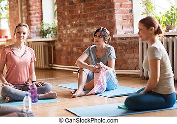 休息, 瑜伽, 蓆子, 工作室, 組, 婦女
