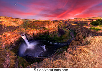 Palouse Falls at Dusk - Stunning sunset at Palouse Falls in...