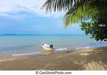 Beautiful sea, palm tree and boat on Koh Chang, Thailand. -...