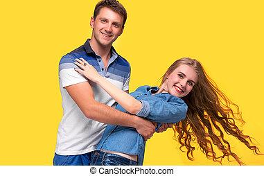 stehende, Paar, junger, gelber, gegen, hintergrund, Porträt