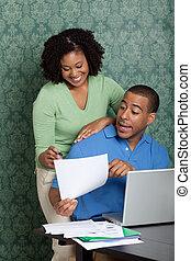 joven, pareja, discutir, su, hogar, presupuesto, tabla