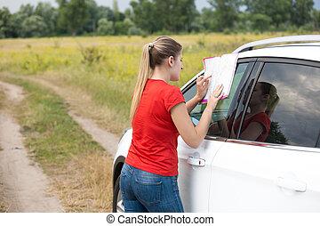 Landkarte, frau, Auto, junger, schauen, Lehnend