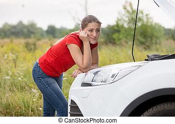 frau, Auto, junger, schauen, kaputte,  Motor, ländlich, Straße