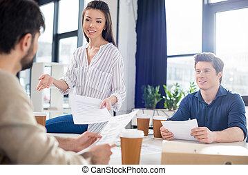 咖啡, 辦公室, 事務,  businesspeople, 年輕, 紙, 報紙, 小, 專業人員, 喝酒, 杯子, 討論