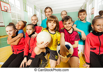 gimnasio, juntos, niños, equipo, diversión, futbol, teniendo