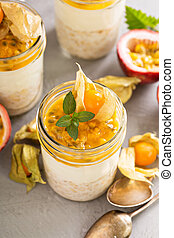 Overnight oats with maracuya and physalis - Overnight oats...