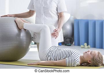 fisioterapeuta, niña, escoliosis