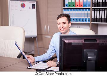 dall'aspetto, uomo affari, sorridente, tabelle, ufficio