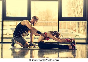 trainer, gebaard, vrouw,  Stretching, jonge, portie, het glimlachen, Bovenkant, aanzicht