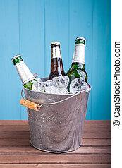 garrafas, cerveja, balde, dentro, gelo