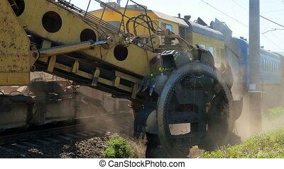 Railway maintenance - Gravel-cleaning machine by railway