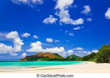 Tropical beach Cote d'Or at island Praslin, Seychelles -...
