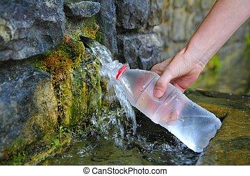 fuente, primavera, agua, botella, relleno, tenencia, mano