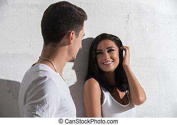 pared, foto, pareja, soleado, joven, contra, blanco
