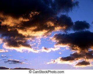 Wolken - dunkle Wolken im Abendhimmel