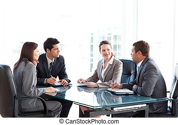 Hommes affaires, femmes affaires, conversation, pendant,...