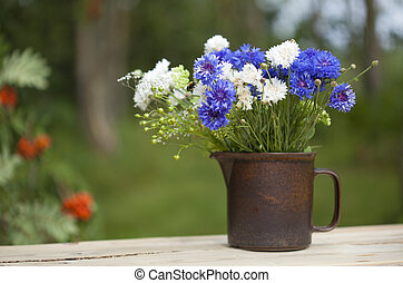 northern summery bouquet of cornflowers and flax capsules