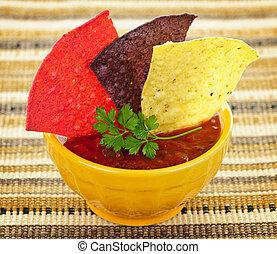 salsa,  tortilla, pedacitos