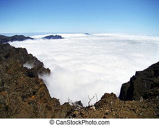 Wolkenteppich über einem Vulkankrater auf La Palma - Über...