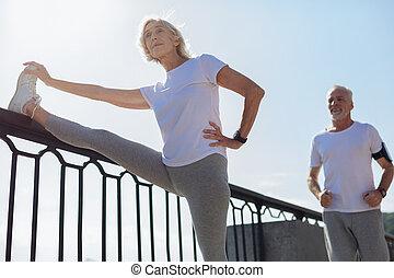 vrouw, haar, atletisch, stretching, terwijl, rennende , echtgenoot