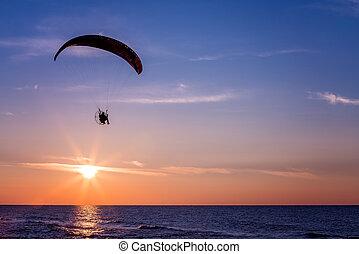 voando, pôr do sol, paraglider