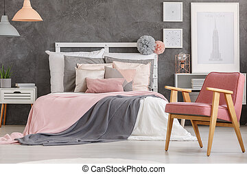 Lovely girls bedroom - Pink quilt on king-size bed and...