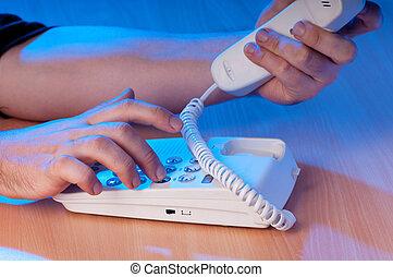 Manos, el marcar, teléfono, botones, oscuridad