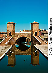 Comacchio (Italia) : Ponte dei tre ponti (Bridge of three...