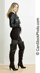 posición, Llevando, mujer, embarazada, Moderno, botas, negro