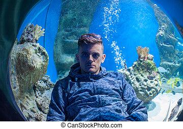 in the oceanarium - Photo of man in the oceanarium