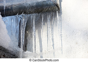 Risk of icicles on the eaves - danger by the fall of icicles...