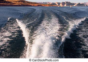 Goodbye coast - Foamy trace of a launch in Powell Lake