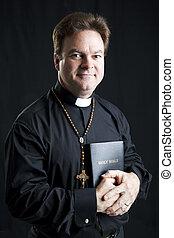 sacerdote, con, rosario, biblia