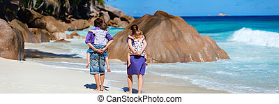 Panoramic photo of family on vacation