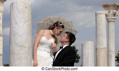 Kiss among ancient - Visiting the ruins of ancient...