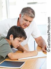 pai, ajudando, seu, filho, seu, dever casa