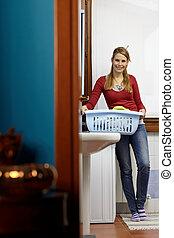 mulher, afazeres, lavando, máquina