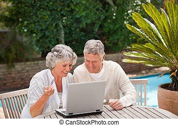 aposentado, par, comprando, algo, Internet
