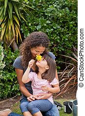mãe, cheirando, flor, dela, filha