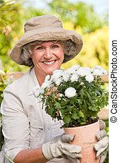 sonriente, mujer, ella, jardín