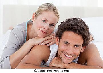 hermoso, pareja, acostado, Abajo, su, Cama