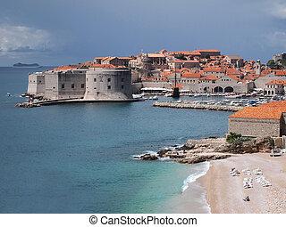 Hafen und Altstadt von Dubrovnik vom Meer aus gesehen